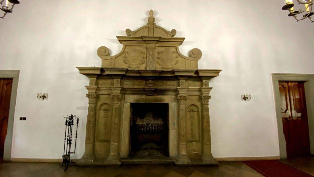 Kominek na zamku w Suchej Beskidzkiej