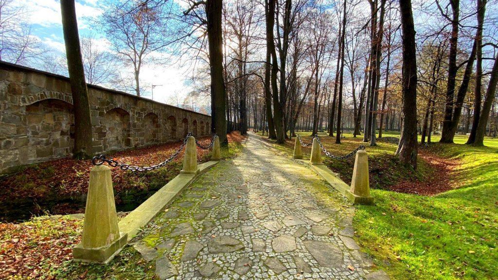 Ogród przy zamku w Suchej