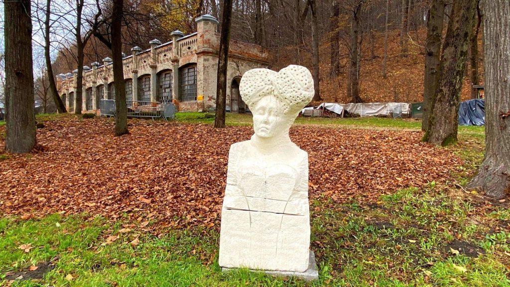 Rzeźby w suskim parku