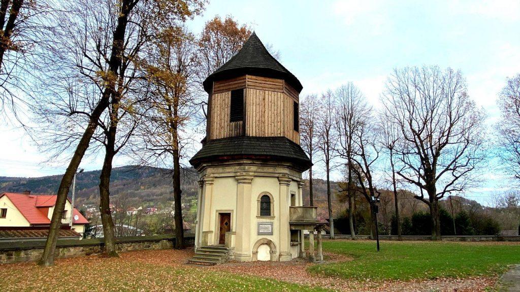 Kaplica przy kościele w Suchej Beskidzkiej